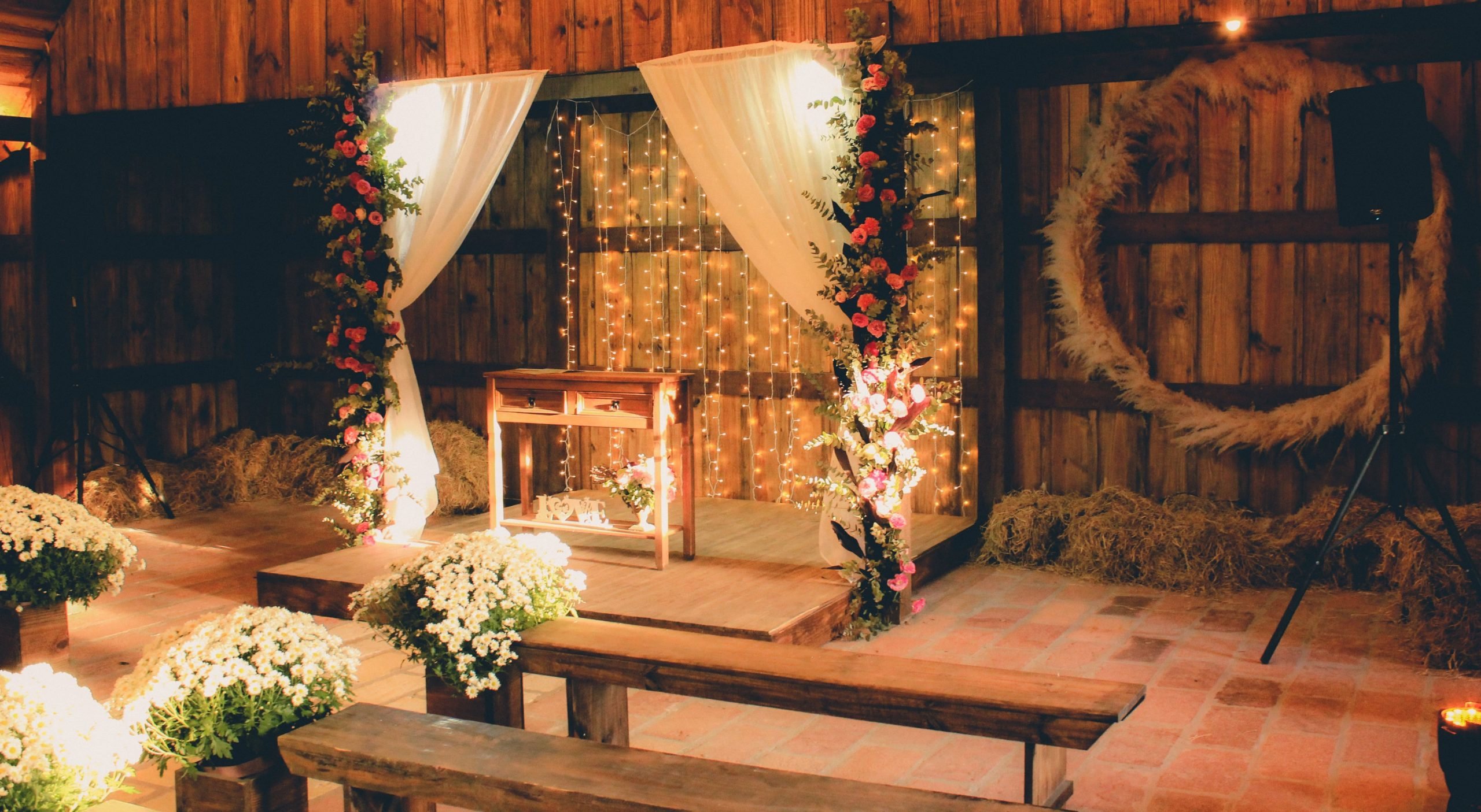 6 Amazing Wedding Backdrop Ideas for the Ceremony