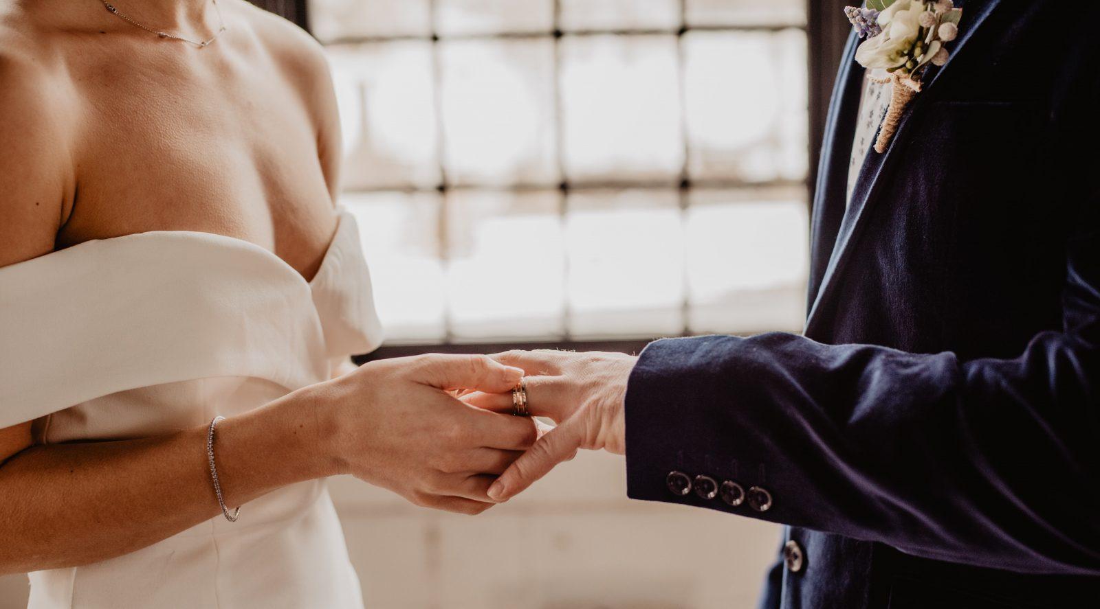 benefit of mid week wedding
